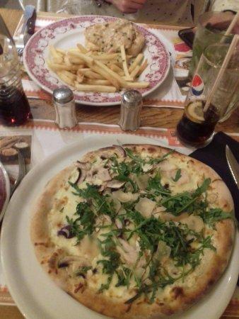 Franconville, Francia: poulet sauce champignon et pizza poulet des bois