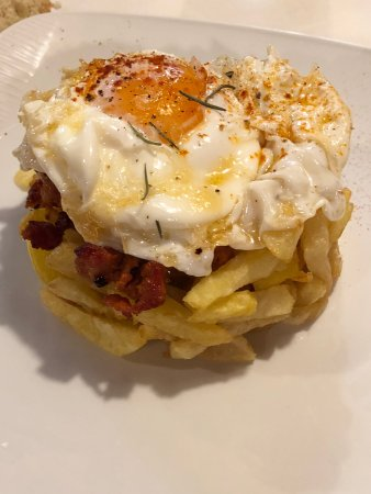 Reinosa, สเปน: Huevos rotos con picadillo.