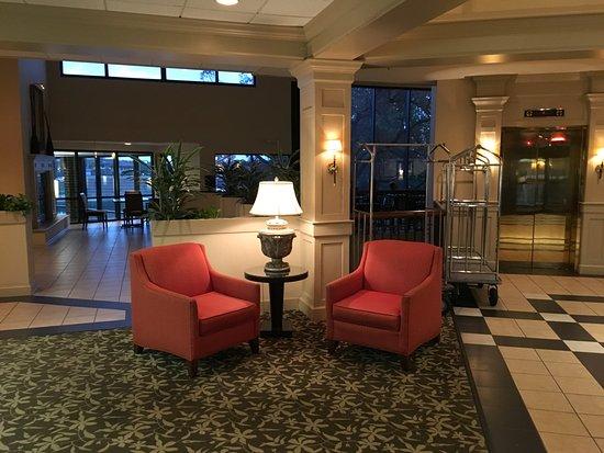Crystal Lake, IL: ホテルのロビー。