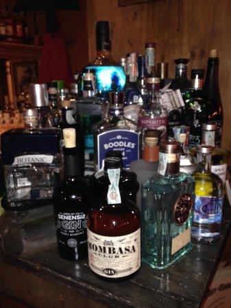 Villabassa, Italia: ricca collezione di gin al bar