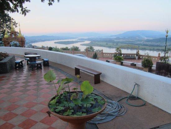โกลเดนไทรแองเกิ้ลทัวร์ เดย์ทัวร์: The viewpoint has a lovely terrace and seating.