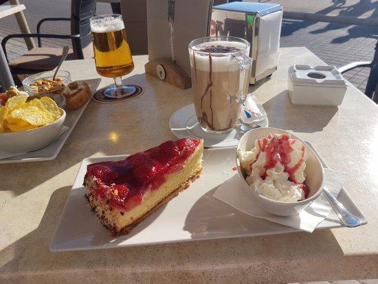 Ho'ponopono Cafe: Bier mit Snacks und Latte mit Kuchen