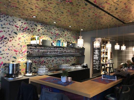 Ausgewählte Weine, kleine Gerichte, entspannte Atmosphäre - Bild von ...