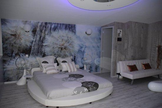 Chambre Avec Décoration Très Nature Spacieuse Jacuzzi Sauna