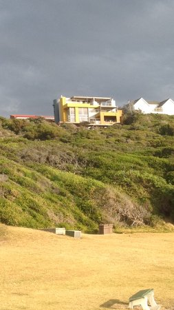 Crayfish Lodge Sea & Country Guest House: Crayfish Lodge vom Strand aus