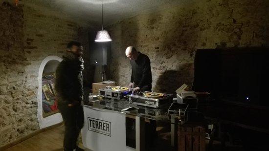 Falset, Spain: Planta baja sesion en vinilo de musica de los 60, para rematar la noche.