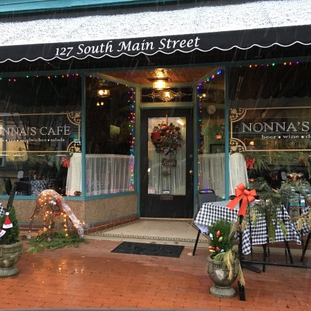 Warrenton, NC: Nonna's is a quaint small town cafe where you can sit and enjoy sandwiches, soup, salads, beer,