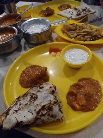 A2B - Adyar Ananda Bhavan: Naan with 2 types of curry and raita