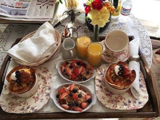 Headlands Inn Bed & Breakfast: Breakfast eggs in a tortilla shell with stewed cinnamon pear with yogurt and berries. Warm muffi