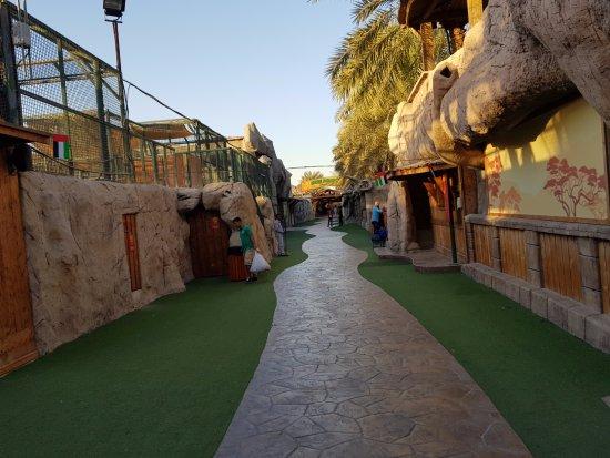 Emirates Park Zoo: Zoo walkway