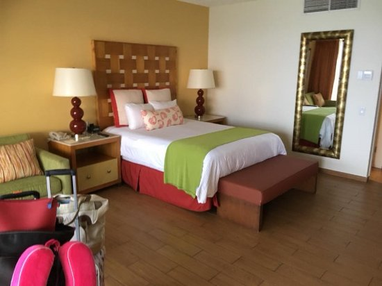 Sunscape Curacao Resort Spa & Casino: 200 building rooms (nicest rooms in the resort)