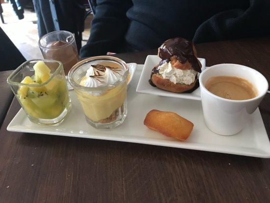 Le Plessis-Robinson, France: Le café gourmand un délice