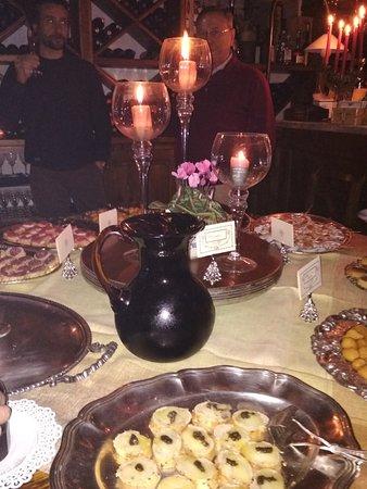 Proceno, Italia: Serata a lume di candela. Antipasto a buffet. Olive al forno in crosta croccante, coregone in mi