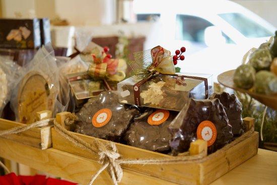 Aspe, Ισπανία: Chocolate con almendra, rocas y turrón.