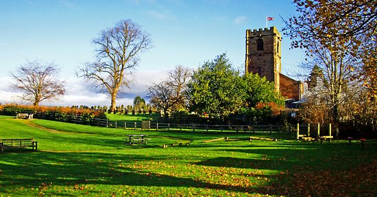 Little Budworth, UK: Church opposite the Red Lion
