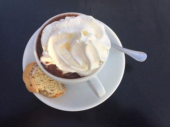 Lutry, Suiza: Cioccolata calda viennese e cantucci alla mandorla
