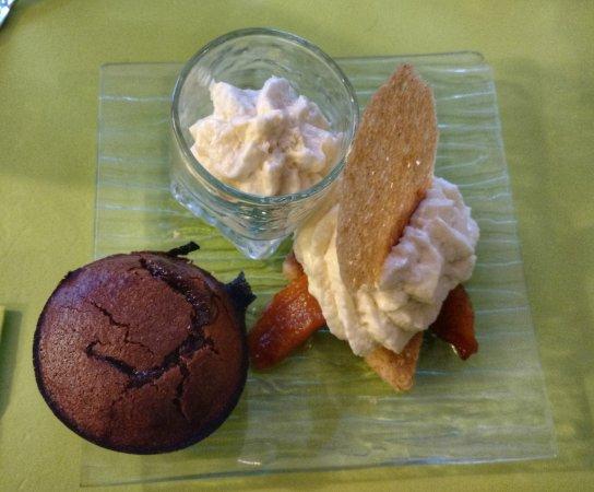 Saint-Affrique, فرنسا: Le dessert: un fondant au chocolat, des pommes cuites sur une pâte sablée au sésame