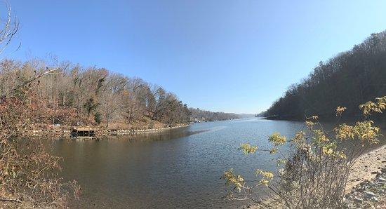Lake Lure, NC: Nice trail-view of the lake