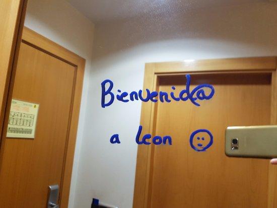 AC Hotel Leon San Antonio : Me encantó el mensaje de bienvenida escrito en el espejo del armario