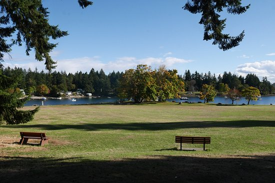Nanaimo, Kanada: Viewing Protection Island along with benches in the sun.