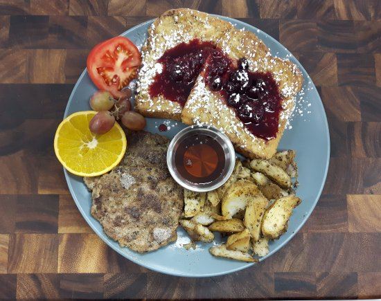 Bridgewater, Canada: French toast with real maple syrup & berry sauce