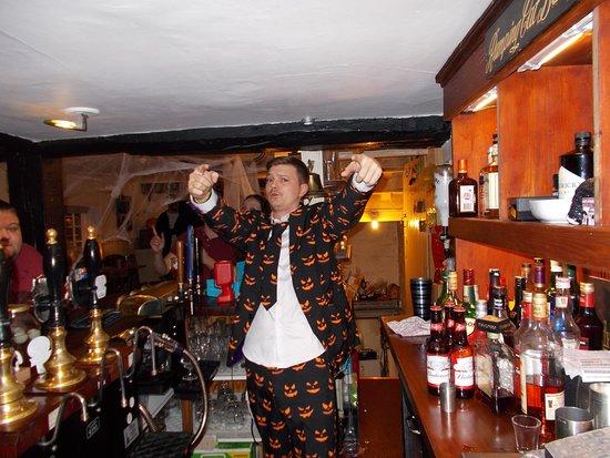 Wallingford, UK: Landlord Josh posing at the bar on Halloween 2017