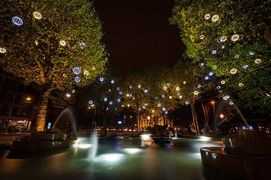 Leiden Platz: Leidseplein Hotel Fountain at Night
