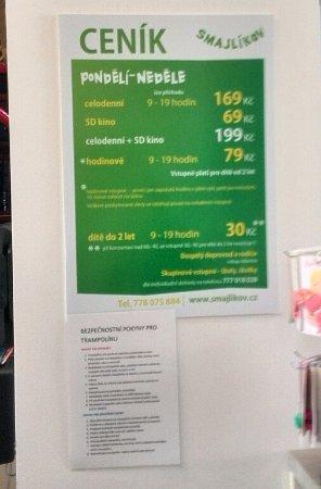 Smajlikov: ceník na recepci a upozornění na trampolínu