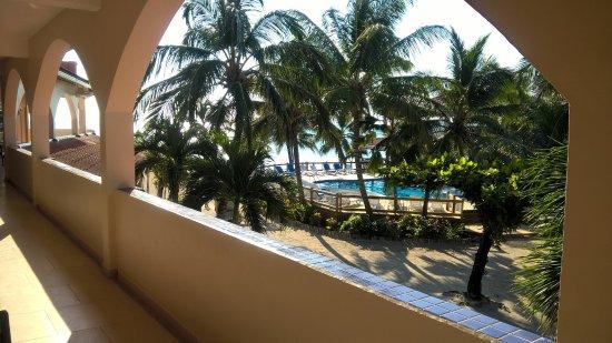 SunBreeze Hotel: La foto esta tomada desde el primer piso desde la puerta de la habitación, se ve la pileta y el
