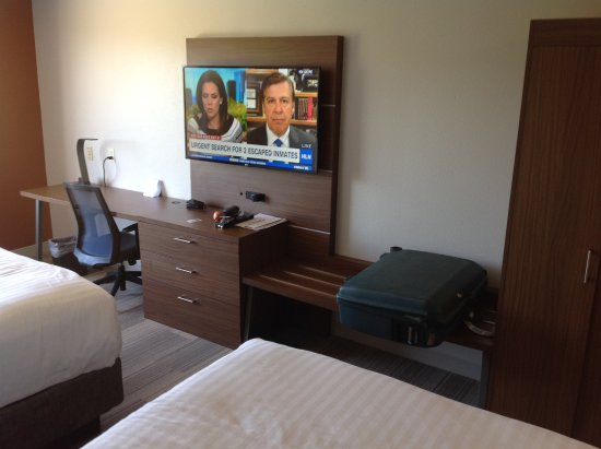Bellevue, NE: TV and desk area