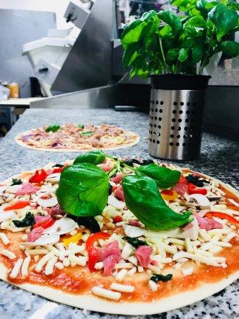Waedenswil, Switzerland: Toni's Pizza in 8820 Wädenswil  Ist ein Take Away und Lieferdienst der extravaganten Klasse.