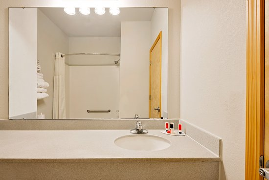 Lawrenceburg, IN: Standard guest bathroom with shower and tub