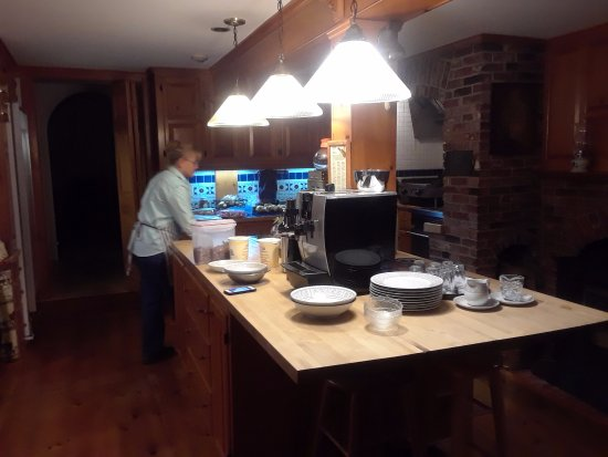 Lincolnville, ME: Erin working in her kitchen. Breakfasts were fantastic!