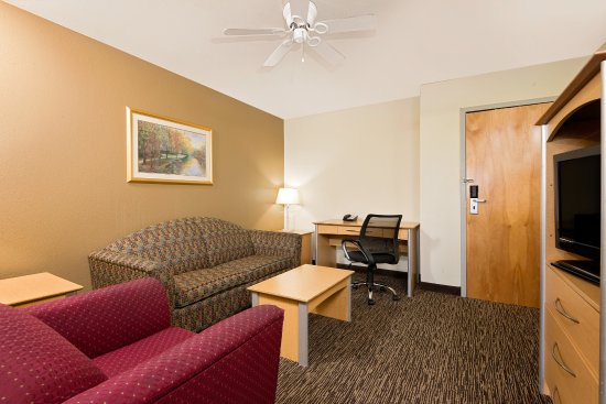 Baymont Inn & Suites Lawrenceburg : King suite lounge room with sofa bed, flat screen tv