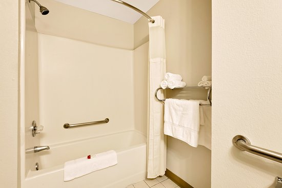 Baymont Inn & Suites Lawrenceburg : Handicap accessible bath room, safety rails, larger floor area for wheel chairs, walkers