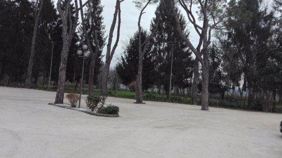 Genazzano, Italy: area esterna parco con panchine e giochi per bambini