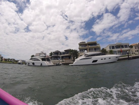 Main Beach, Australia: Water front mansions