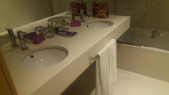 Ayre Hotel Oviedo: dispone la habitacion de ducha