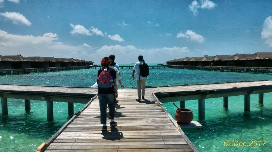 Medhufushi Island: Walking to our water villa