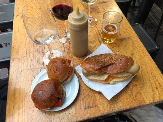 El Portalon: Hamburguesitas con queso rojo y Salchicha Blanca.