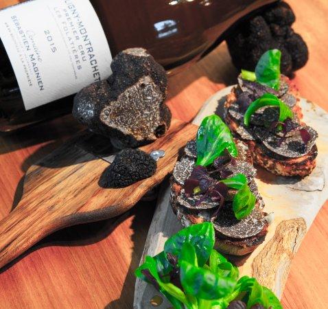 Um Plateau: Lamelles de truffes sur une tartine grillée de pain aux céréales...