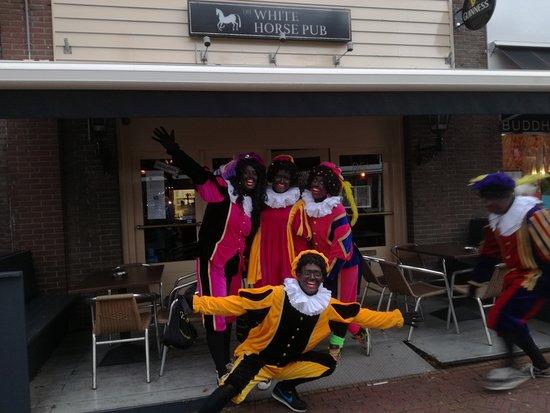 Rijswijk, Niederlande: The Sints cheeky little helpers outside the pub