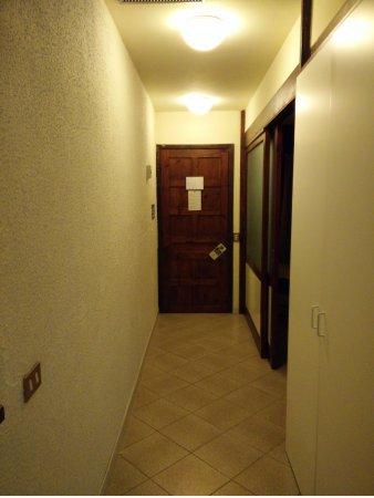 ingresso del villino con subito a sx la camera da letto, poi ...