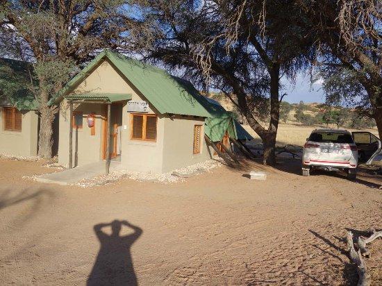 Kalahari game Lodge: parking next to cabin