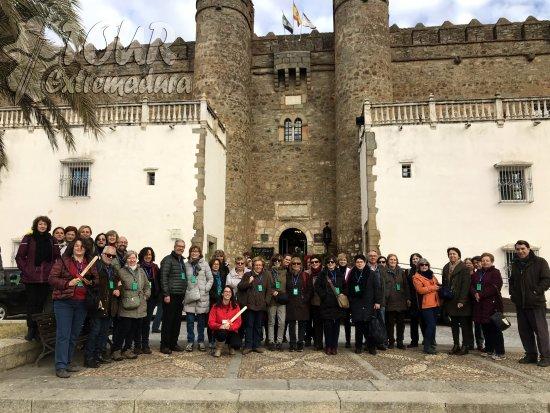 Visitantes de Madrid junto al Alcazar de Zafra y Mari Carmen la guía