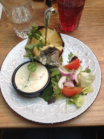 Sundsvall, Sweden: Bakad potatis med fetaoströra