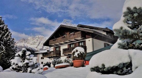 Faloria Mountain Spa Resort: Il Faloria Spa Resort e la Tofana alle sue spalle