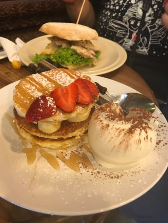 Limau Limau Cafe: banana pancake & 芒果雞肉麵包
