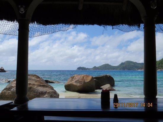Chez Batista Villas Rustic Restaurant: vista para a praia Anse Takamaka