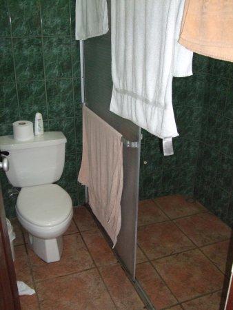 Villa Acacia: WC / Dusche